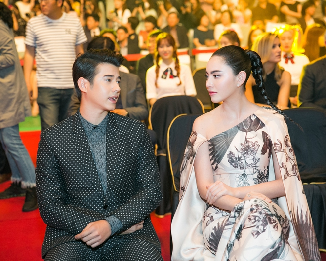 Lê Hà, Quỳnh Thư lộng lẫy hội ngộ Mario Maurer và Mai Davika trong sự kiện tại Hàn - Ảnh 8.