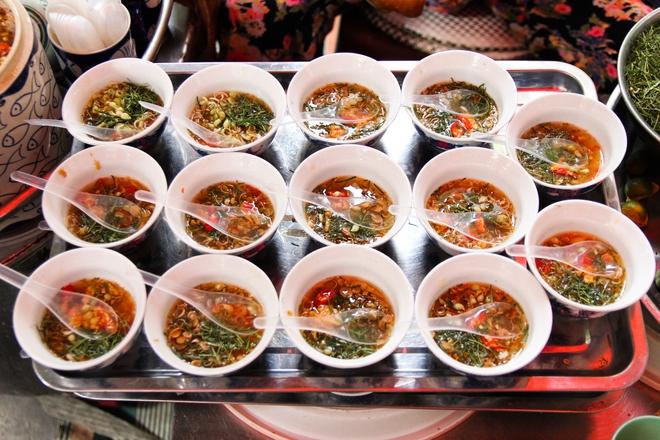 Quán ốc đặc biệt ở Hà Nội: Suốt 20 năm chủ và nhân viên không nói với khách một lời - Ảnh 3.