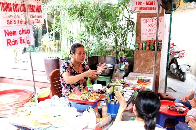 Quán ốc đặc biệt ở Hà Nội: Suốt 20 năm chủ và nhân viên không nói với khách một lời - Ảnh 9.