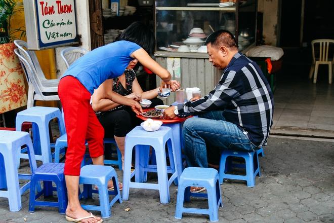 Quán ốc đặc biệt ở Hà Nội: Suốt 20 năm chủ và nhân viên không nói với khách một lời - Ảnh 8.