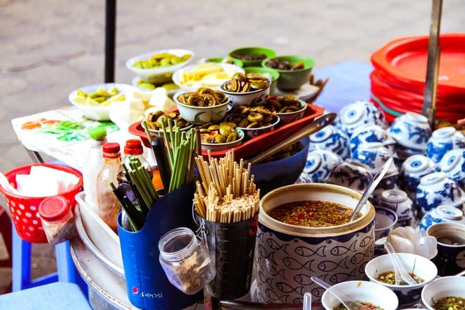 Quán ốc đặc biệt ở Hà Nội: Suốt 20 năm chủ và nhân viên không nói với khách một lời - Ảnh 5.