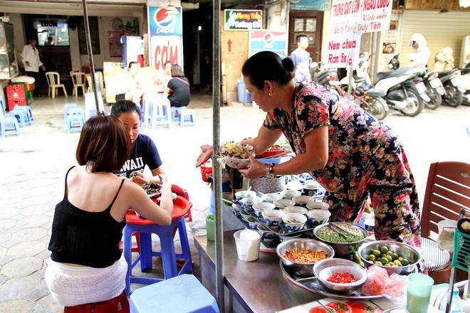 Quán ốc đặc biệt ở Hà Nội: Suốt 20 năm chủ và nhân viên không nói với khách một lời - Ảnh 11.