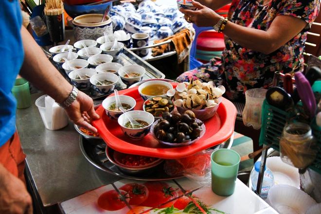 Quán ốc đặc biệt ở Hà Nội: Suốt 20 năm chủ và nhân viên không nói với khách một lời - Ảnh 7.