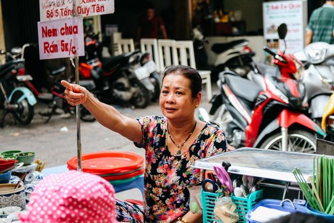 Quán ốc đặc biệt ở Hà Nội: Suốt 20 năm chủ và nhân viên không nói với khách một lời - Ảnh 14.