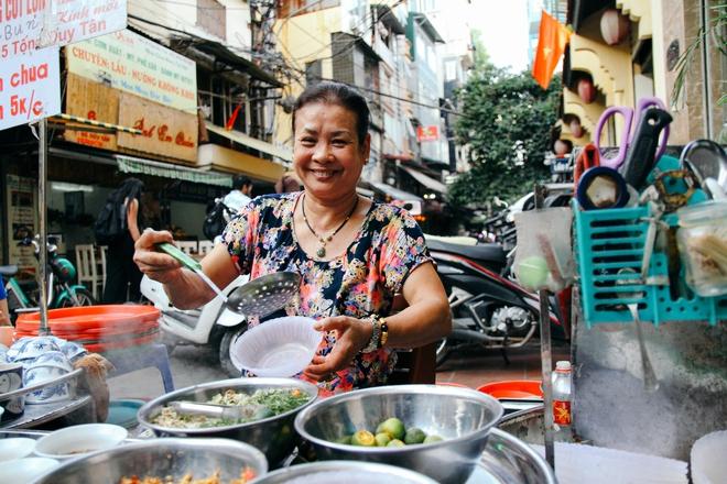 Quán ốc đặc biệt ở Hà Nội: Suốt 20 năm chủ và nhân viên không nói với khách một lời - Ảnh 13.