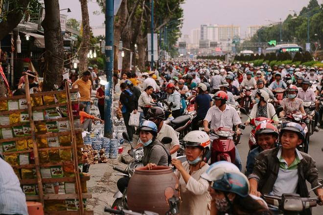 Hàng chục gian hàng gần sân bay Tân Sơn Nhất ồ ạt thanh lý chó, gà, cây cảnh, giao thông Sài Gòn hỗn loạn - Ảnh 10.