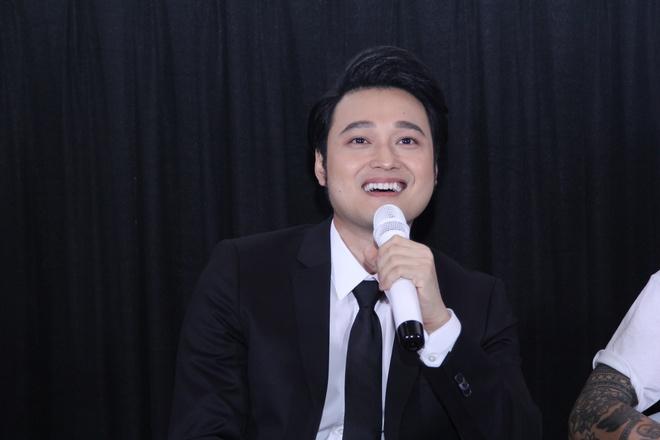 Lý Quí Khánh mang hoa tự cắm đến mừng Quang Vinh ra mắt MV mới - Ảnh 9.
