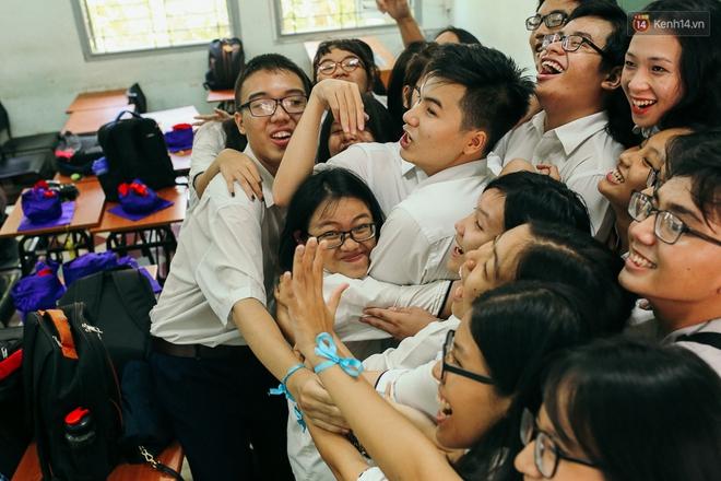 Teen chuyên Lê Hồng Phong (TP.HCM) và màn nhảy flashmob tập thể đầy cảm xúc trong lễ bế giảng - Ảnh 2.