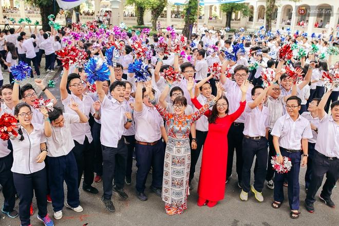 Teen chuyên Lê Hồng Phong (TP.HCM) và màn nhảy flashmob tập thể đầy cảm xúc trong lễ bế giảng - Ảnh 1.