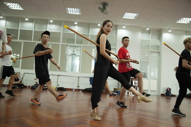 Khánh Thi và John Huy Trần xung đột nảy lửa trong quá trình tập luyện cho liveshow