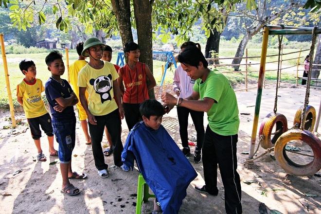 Chàng trai đạp xe xuyên Việt để cắt tóc miễn phí cho người nghèo trong suốt 1 năm - Ảnh 5.