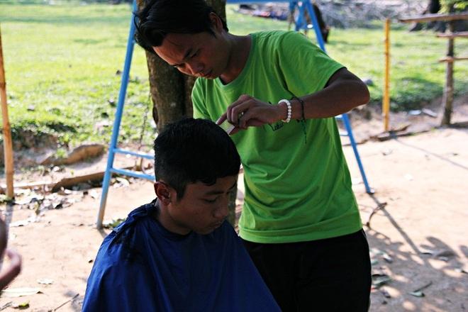Chàng trai đạp xe xuyên Việt để cắt tóc miễn phí cho người nghèo trong suốt 1 năm - Ảnh 6.