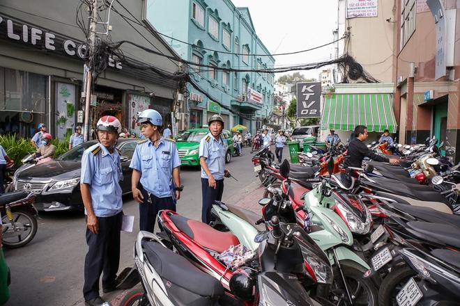 Người bán hàng rong ở Sài Gòn nói gì về đề xuất cho thuê vỉa hè với giá 100 nghìn đồng mỗi m2? - Ảnh 1.
