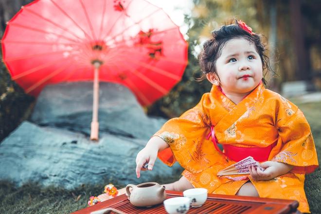 Tan chảy trước độ dễ thương của cô bé Việt 2 tuổi má phính diện Kimono, tóc tơ cài hoa - Ảnh 5.