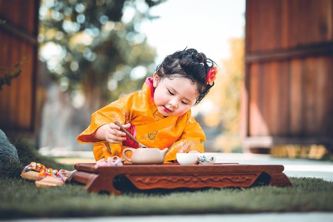 Tan chảy trước độ dễ thương của cô bé Việt 2 tuổi má phính diện Kimono, tóc tơ cài hoa - Ảnh 3.