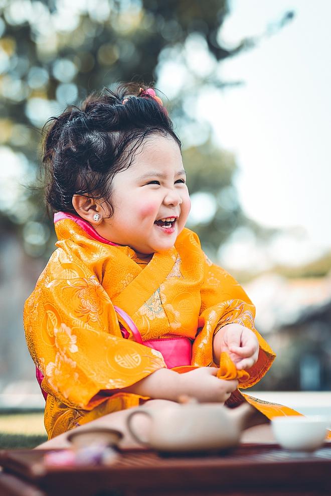 Tan chảy trước độ dễ thương của cô bé Việt 2 tuổi má phính diện Kimono, tóc tơ cài hoa - Ảnh 1.