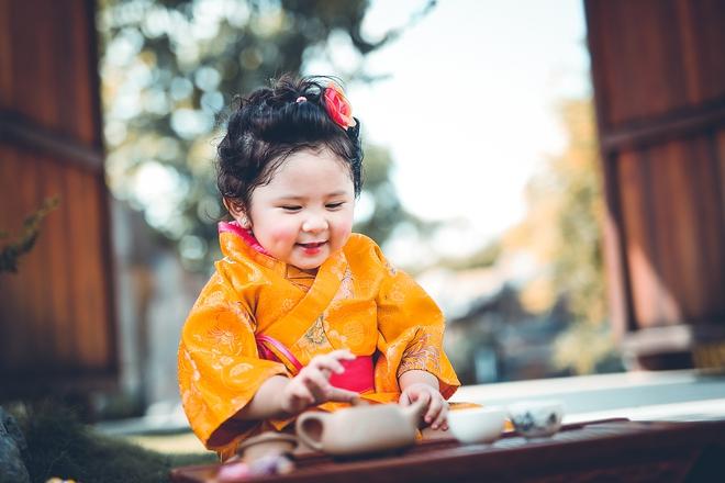 Tan chảy trước độ dễ thương của cô bé Việt 2 tuổi má phính diện Kimono, tóc tơ cài hoa - Ảnh 4.