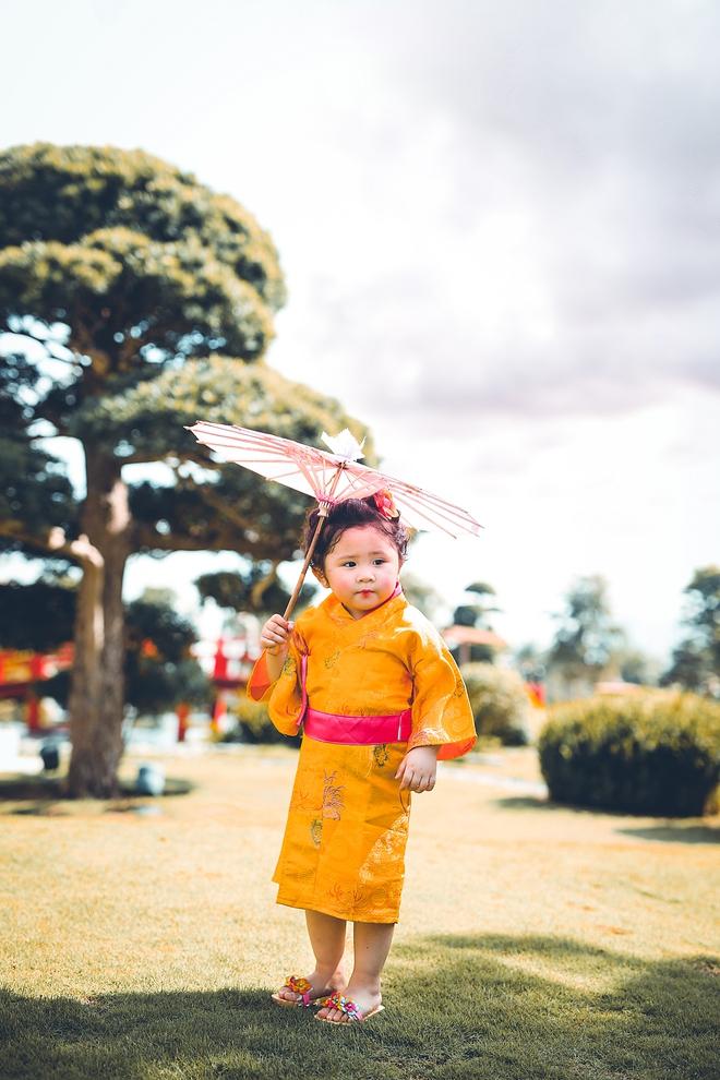 Tan chảy trước độ dễ thương của cô bé Việt 2 tuổi má phính diện Kimono, tóc tơ cài hoa - Ảnh 9.