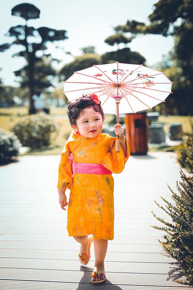 Tan chảy trước độ dễ thương của cô bé Việt 2 tuổi má phính diện Kimono, tóc tơ cài hoa - Ảnh 2.