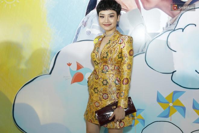 Miu Lê diện trang phục vàng chóe như tên phim, nổi bật trên thảm đỏ  - Ảnh 2.
