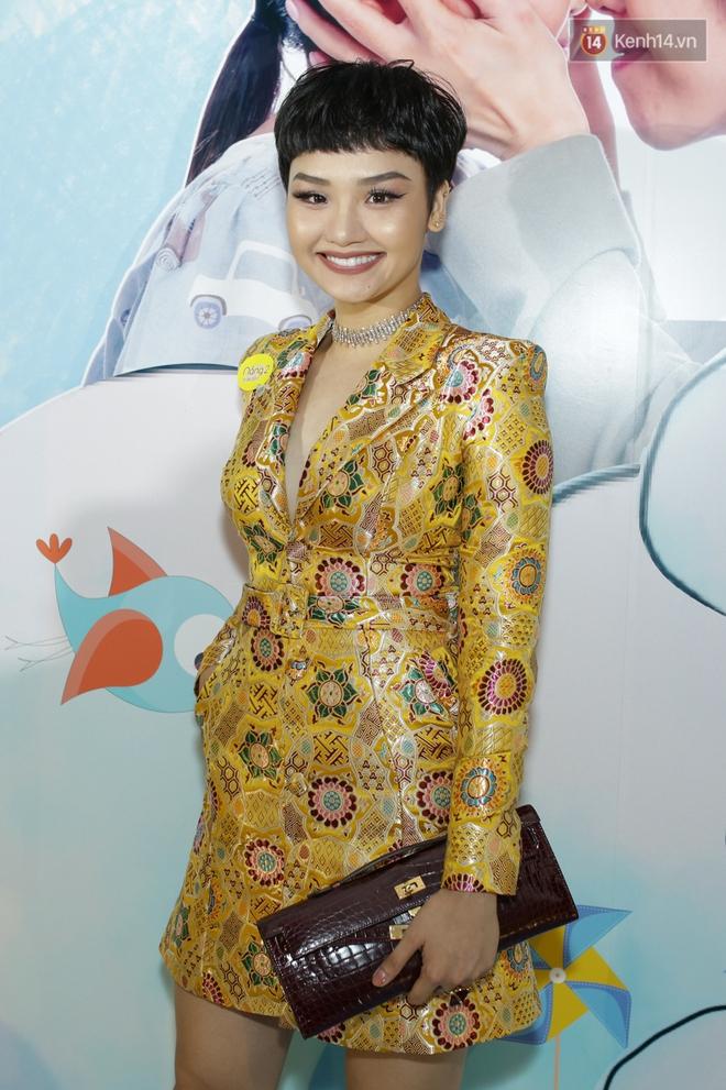 Miu Lê diện trang phục vàng chóe như tên phim, nổi bật trên thảm đỏ  - Ảnh 1.