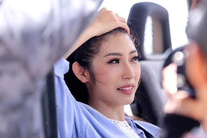 Khổng Tú Quỳnh diện loạt trang phục ngắn cũn, phơi mình dưới nắng gắt để quay MV mới