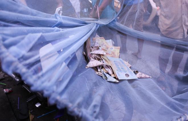 Clip: Hàng trăm người dân đánh nhau giành tiền cúng cô hồn gây náo loạn đường phố Sài Gòn - Ảnh 9.