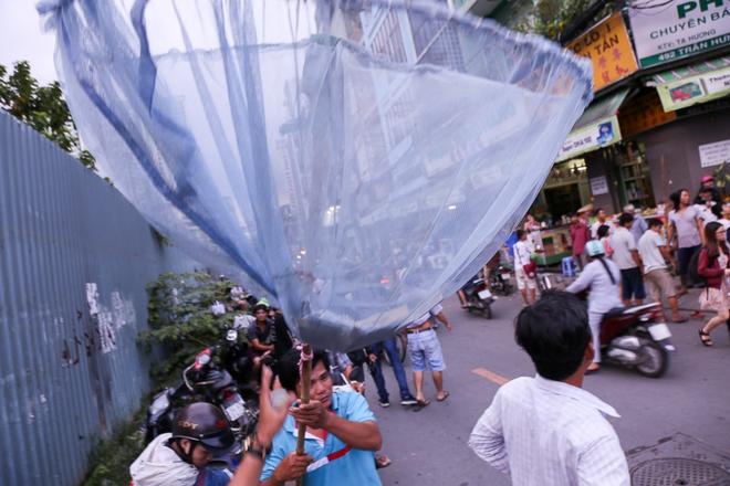 Clip: Hàng trăm người dân đánh nhau giành tiền cúng cô hồn gây náo loạn đường phố Sài Gòn - Ảnh 6.