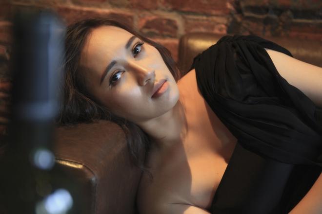 Khánh Linh ra mắt MV cho ca khúc trong phim Sống chung với mẹ chồng - Ảnh 2.