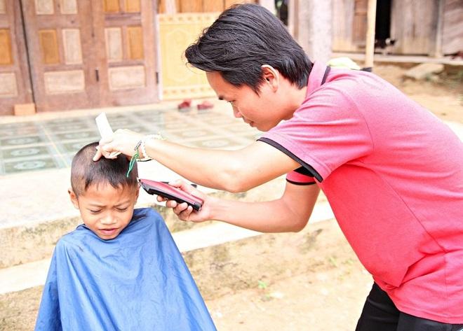 Chàng trai đạp xe xuyên Việt để cắt tóc miễn phí cho người nghèo trong suốt 1 năm - Ảnh 3.