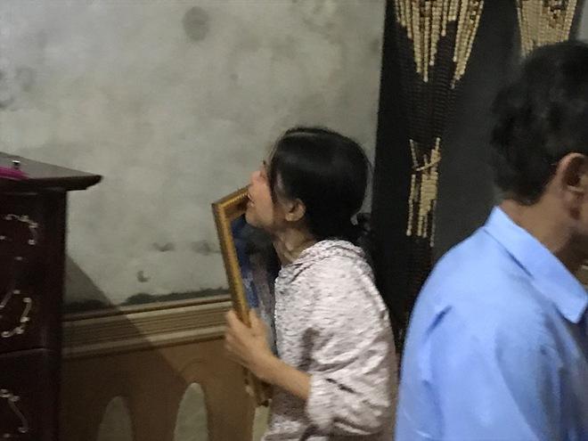 Mẹ già ôm di ảnh con trai bị chém rời thi thể gào khóc trong đám tang - Ảnh 3.
