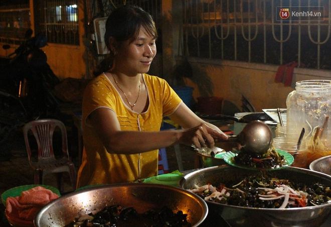 """""""Hạnh phúc không lời"""" nơi quán ăn vặt dễ thương của đôi vợ chồng trẻ bị câm điếc ở Đà Nẵng - Ảnh 2."""