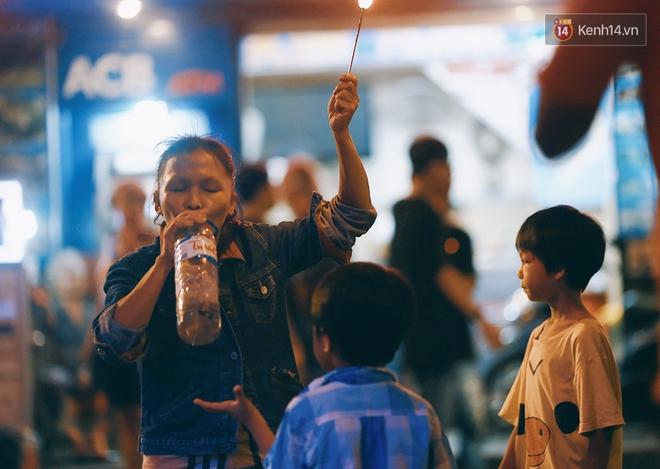 Người mẹ ngậm dầu phun lửa mỗi đêm ở phố Tây Bùi Viện để kiếm tiền nuôi 2 con ăn học - Ảnh 15.