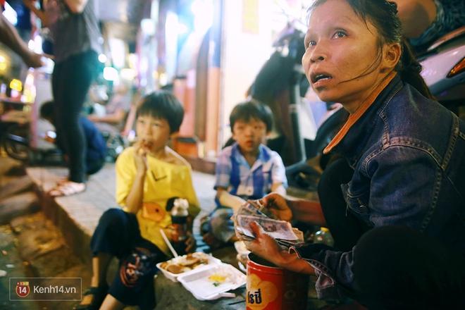 Người mẹ ngậm dầu phun lửa mỗi đêm ở phố Tây Bùi Viện để kiếm tiền nuôi 2 con ăn học - Ảnh 13.