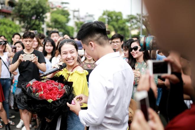 Sau 6 năm yêu nhau, chàng trai cầu hôn bạn gái ở phố đi bộ cùng sự giúp sức của hơn 70 nghệ sĩ khiến ai cũng xúc động! - Ảnh 14.