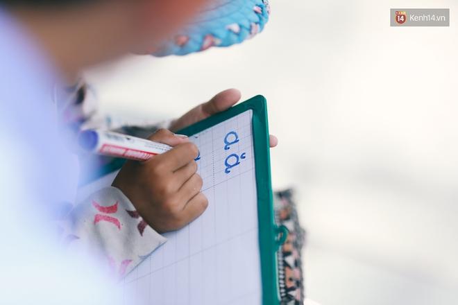 Nhiều người hỗ trợ chỗ học và tặng sách vở miễn phí cho cô trò nhỏ của anh nhân viên ngân hàng - ảnh 6