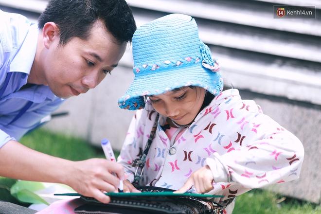 Nhiều người hỗ trợ chỗ học và tặng sách vở miễn phí cho cô trò nhỏ của anh nhân viên ngân hàng - ảnh 1