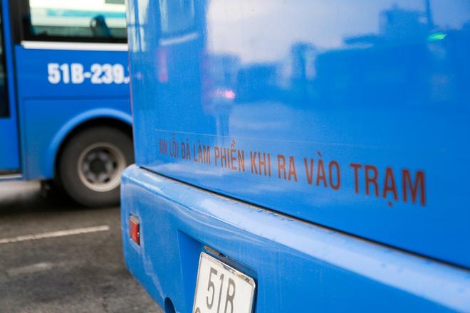 """Mát lòng với dòng chữ """"Xin lỗi đã làm phiền khi ra vào trạm"""" phía sau đuôi xe buýt ở Sài Gòn - Ảnh 4."""