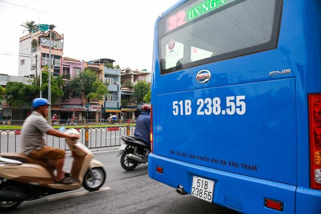 """Mát lòng với dòng chữ """"Xin lỗi đã làm phiền khi ra vào trạm"""" phía sau đuôi xe buýt ở Sài Gòn - Ảnh 3."""
