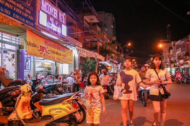 Phố ẩm thực hội tụ các món ăn 3 miền đầu tiên ở Sài Gòn có gì đặc biệt? - Ảnh 3.