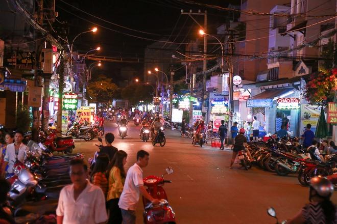Phố ẩm thực hội tụ các món ăn 3 miền đầu tiên ở Sài Gòn có gì đặc biệt? - Ảnh 2.