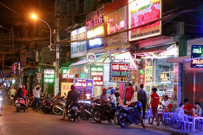 Phố ẩm thực hội tụ các món ăn 3 miền đầu tiên ở Sài Gòn có gì đặc biệt? - Ảnh 4.