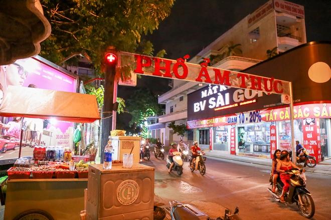 Phố ẩm thực hội tụ các món ăn 3 miền đầu tiên ở Sài Gòn có gì đặc biệt? - Ảnh 1.