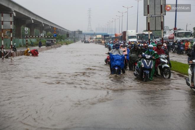Mưa lớn gây ngập nặng trên Xa Lộ Hà Nội, giao thông ùn ứ nghiêm trọng - Ảnh 2.