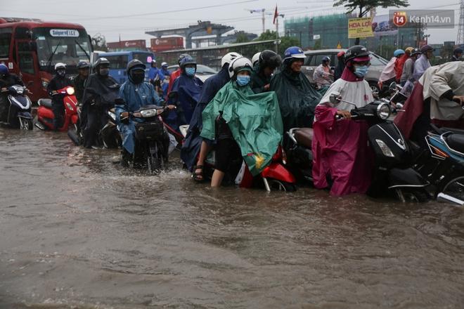 Mưa lớn gây ngập nặng trên Xa Lộ Hà Nội, giao thông ùn ứ nghiêm trọng - Ảnh 10.