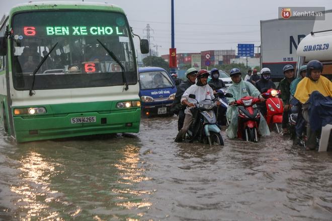 Mưa lớn gây ngập nặng trên Xa Lộ Hà Nội, giao thông ùn ứ nghiêm trọng - Ảnh 11.