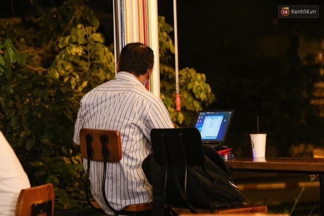 Giới trẻ làm gì trong các quán cafe mở cửa xuyên đêm ở Sài Gòn? - Ảnh 6.