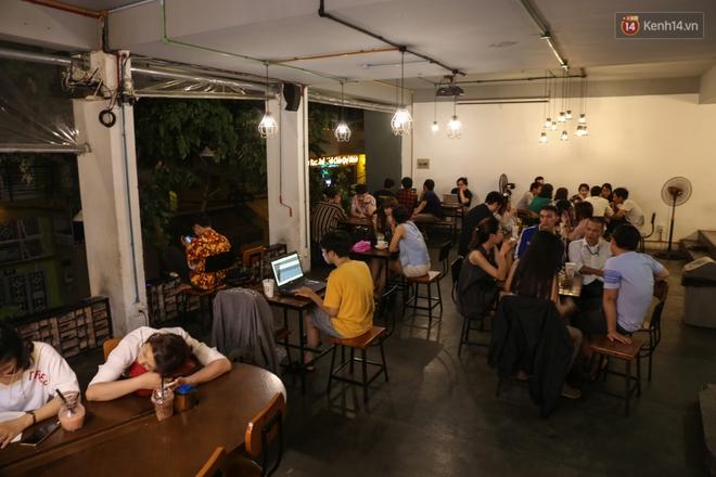 Giới trẻ làm gì trong các quán cafe mở cửa xuyên đêm ở Sài Gòn? - Ảnh 2.