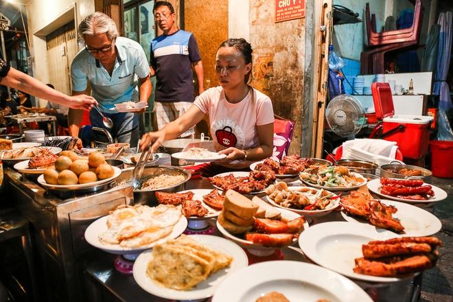 """Gần 100.000 đồng/đĩa nhưng cơm tấm bà Bảy """"lưỡi lam"""" 30 năm vẫn hút khách Sài Gòn mỗi đêm - Ảnh 4."""