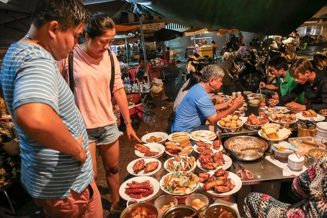 """Gần 100.000 đồng/đĩa nhưng cơm tấm bà Bảy """"lưỡi lam"""" 30 năm vẫn hút khách Sài Gòn mỗi đêm - Ảnh 3."""